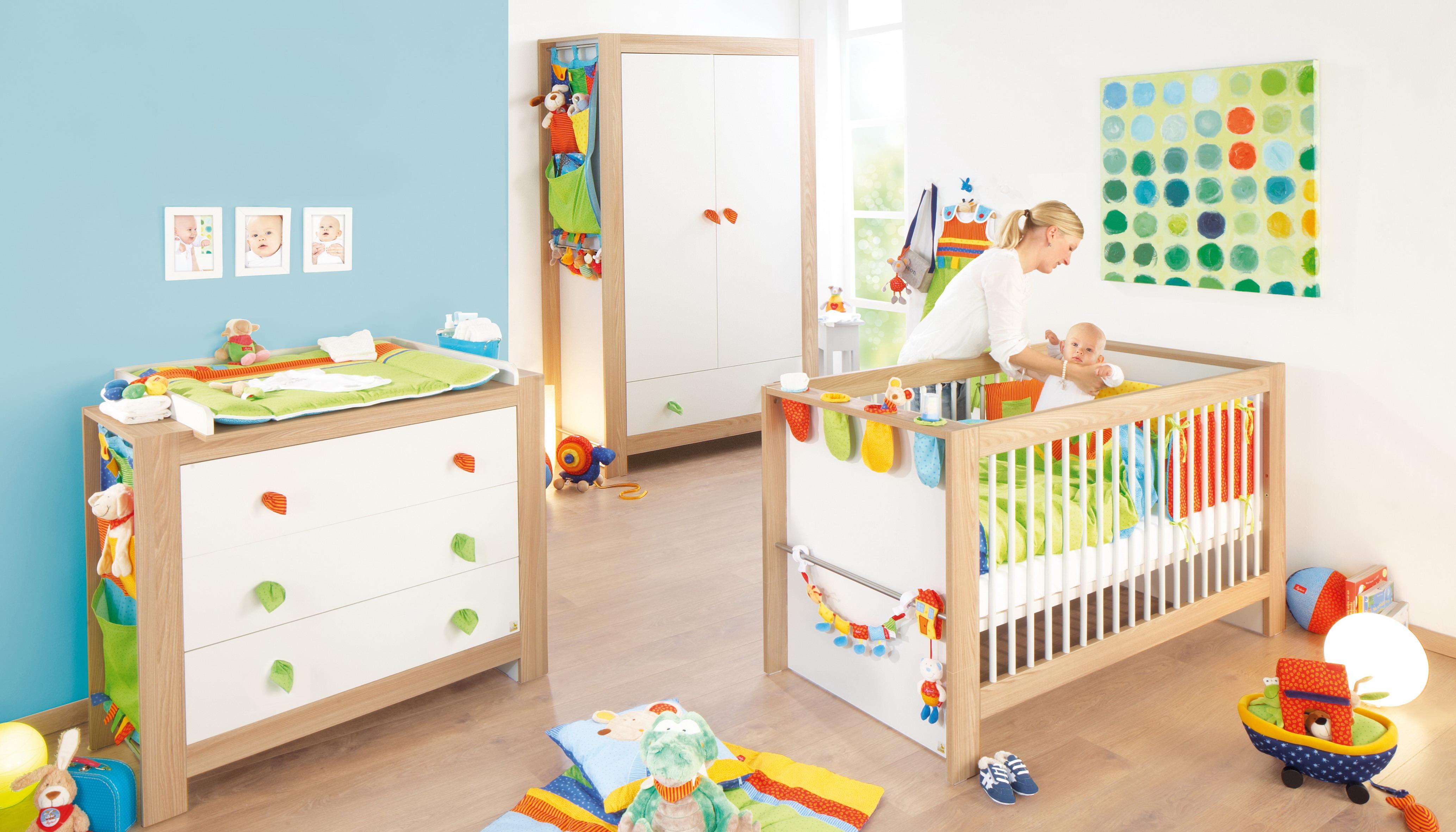 Планировка детской комнаты разноцветной