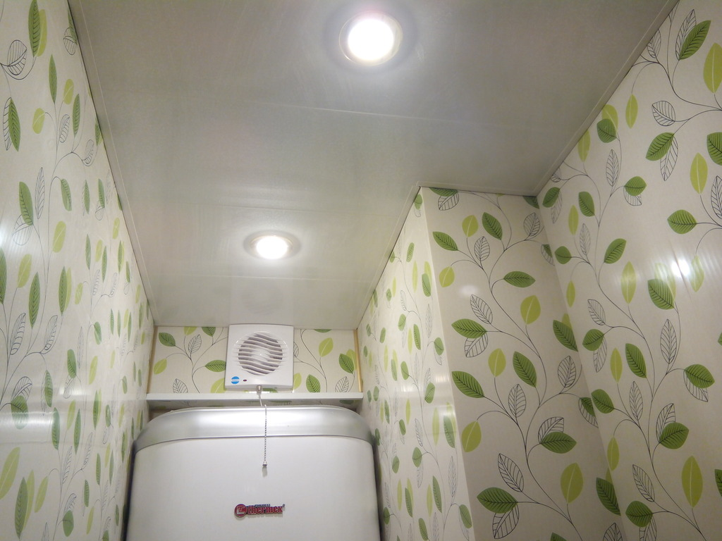 Ремонт туалета панелями с рисунком