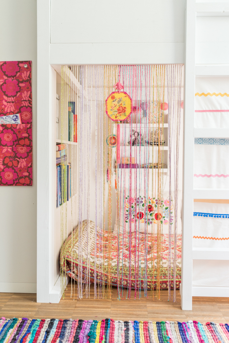 Планировка детской комнаты со шторой