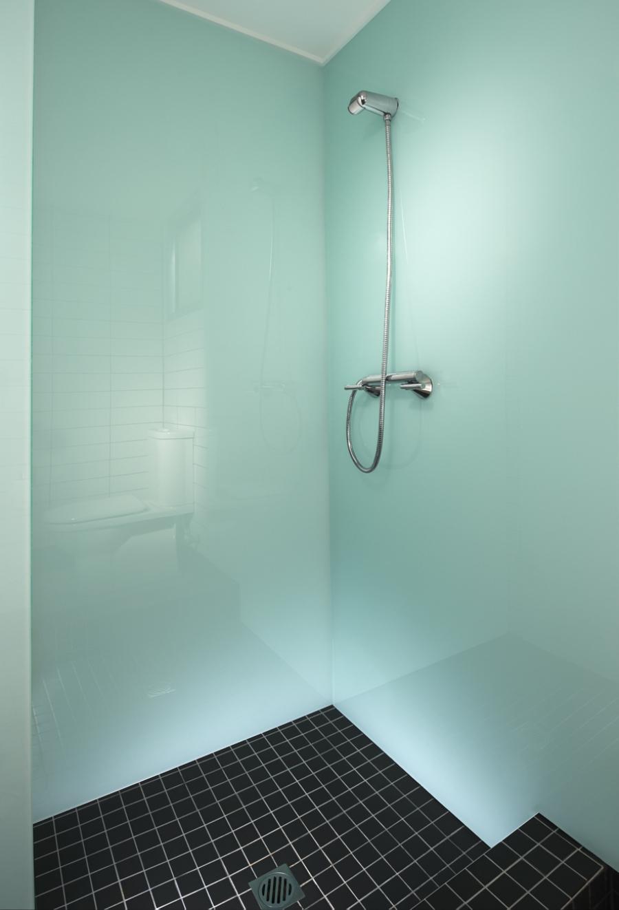 Ремонт туалета панелями под стекло