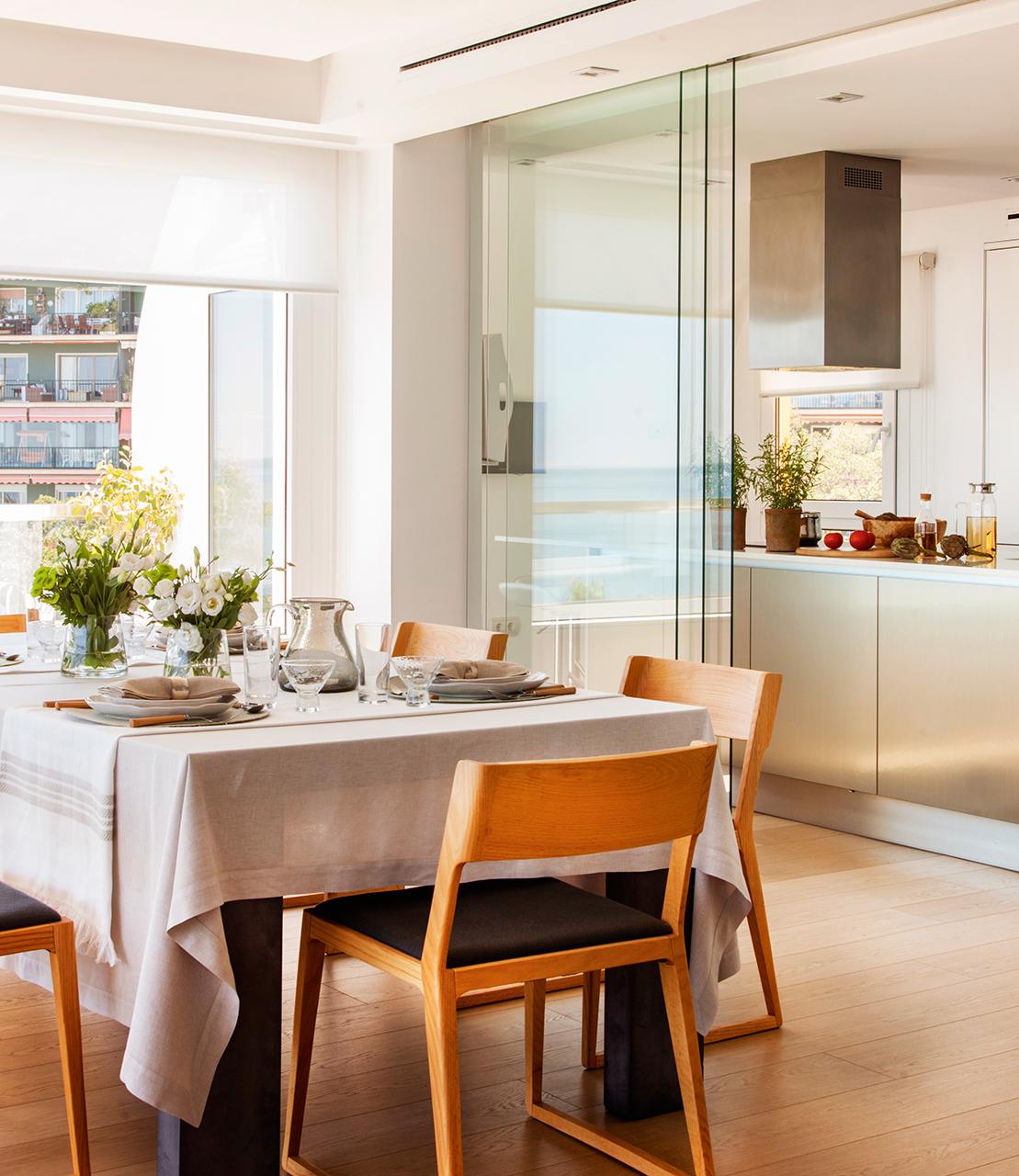 Дизайн кухни гостиной со стеклянными дверями