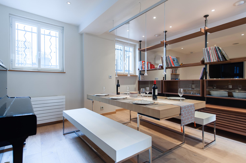 Дизайн кухни гостиной со стеллажом