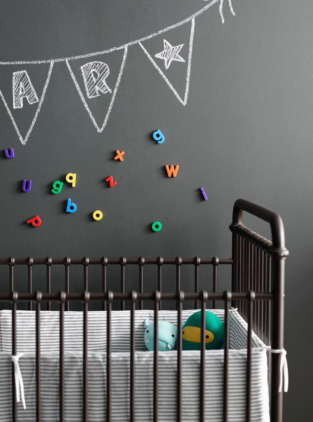 Декор на стене детской комнаты