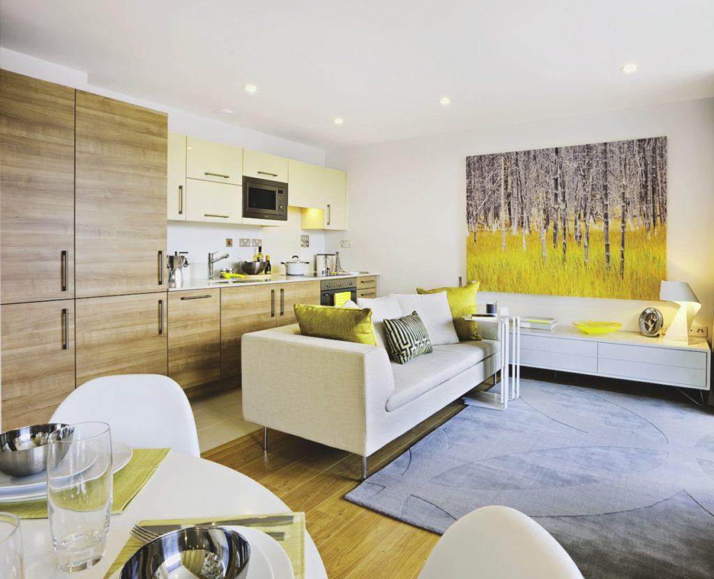 Дизайн кухни гостиной с желтым декором