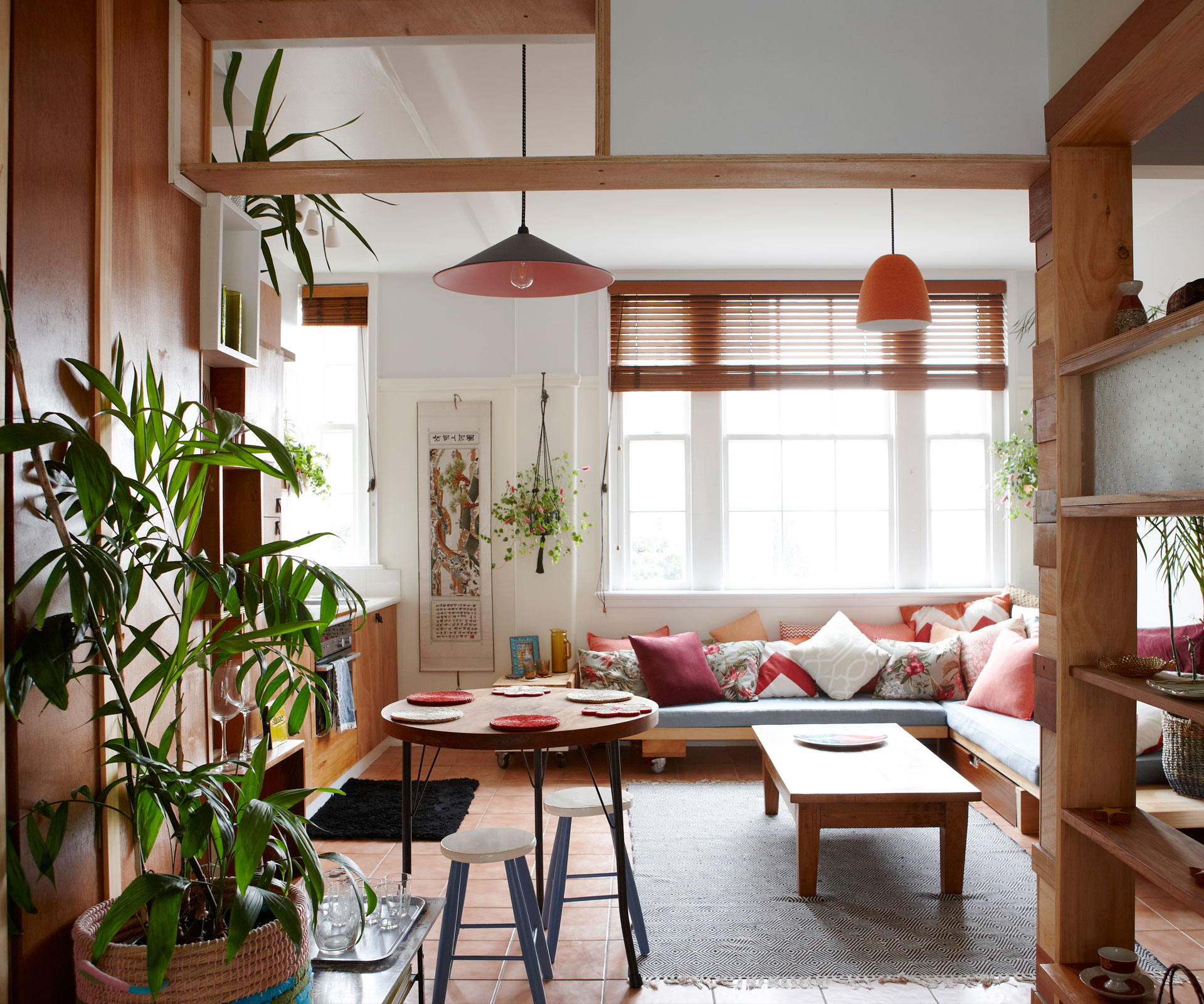 Однокомнатная квартира в японском стиле с деревом