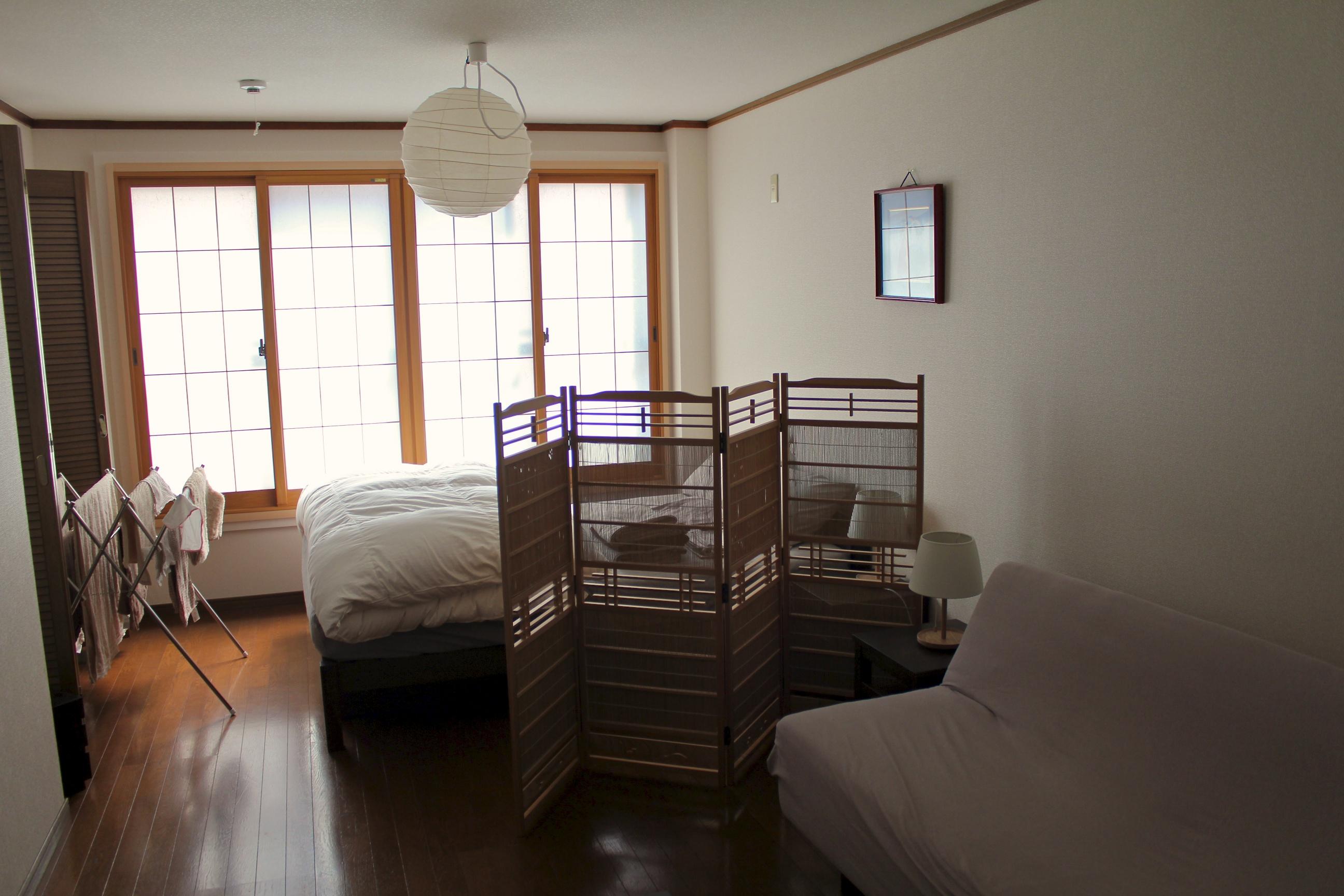 Однокомнатная квартира в японском стиле с ширмой