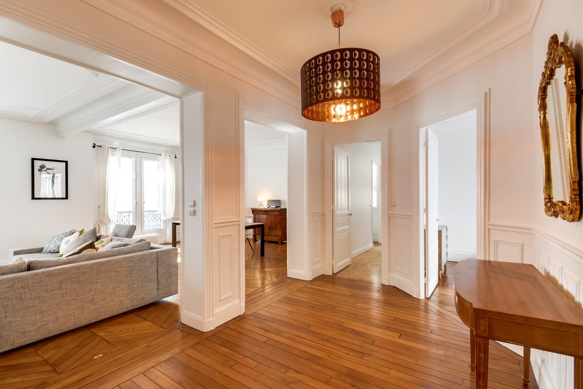 Прихожая в классическом стиле однокомнатной квартиры