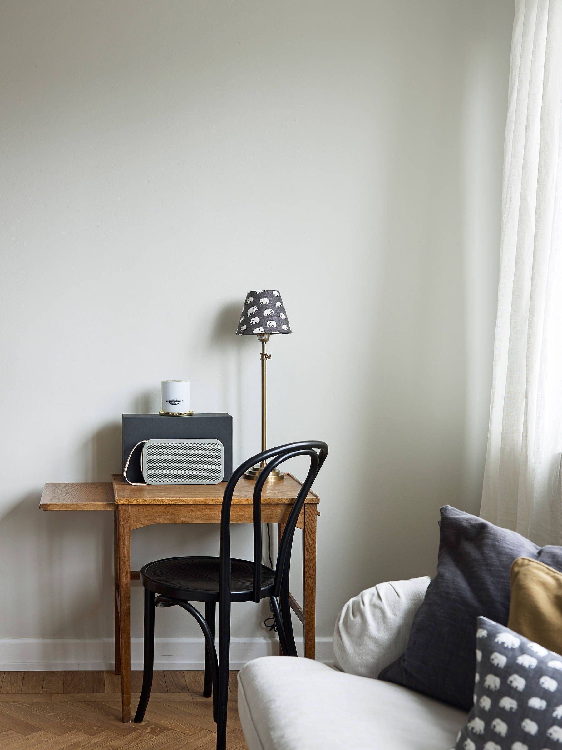 Рабочее место дома с деревянным столом