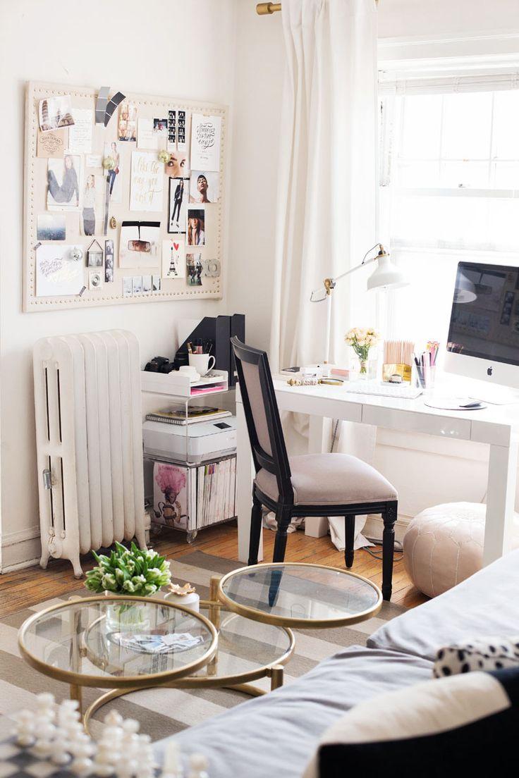 Рабочее место дома с диваном