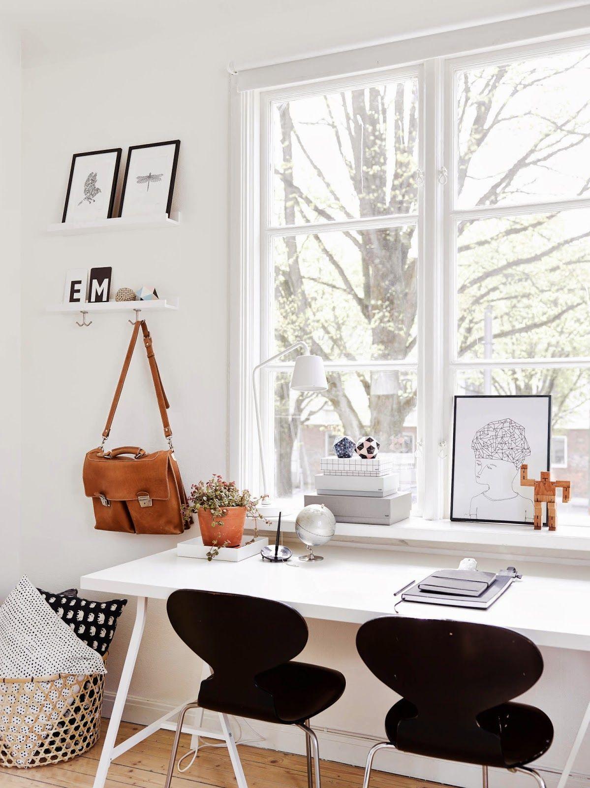 Рабочее место дома с окном