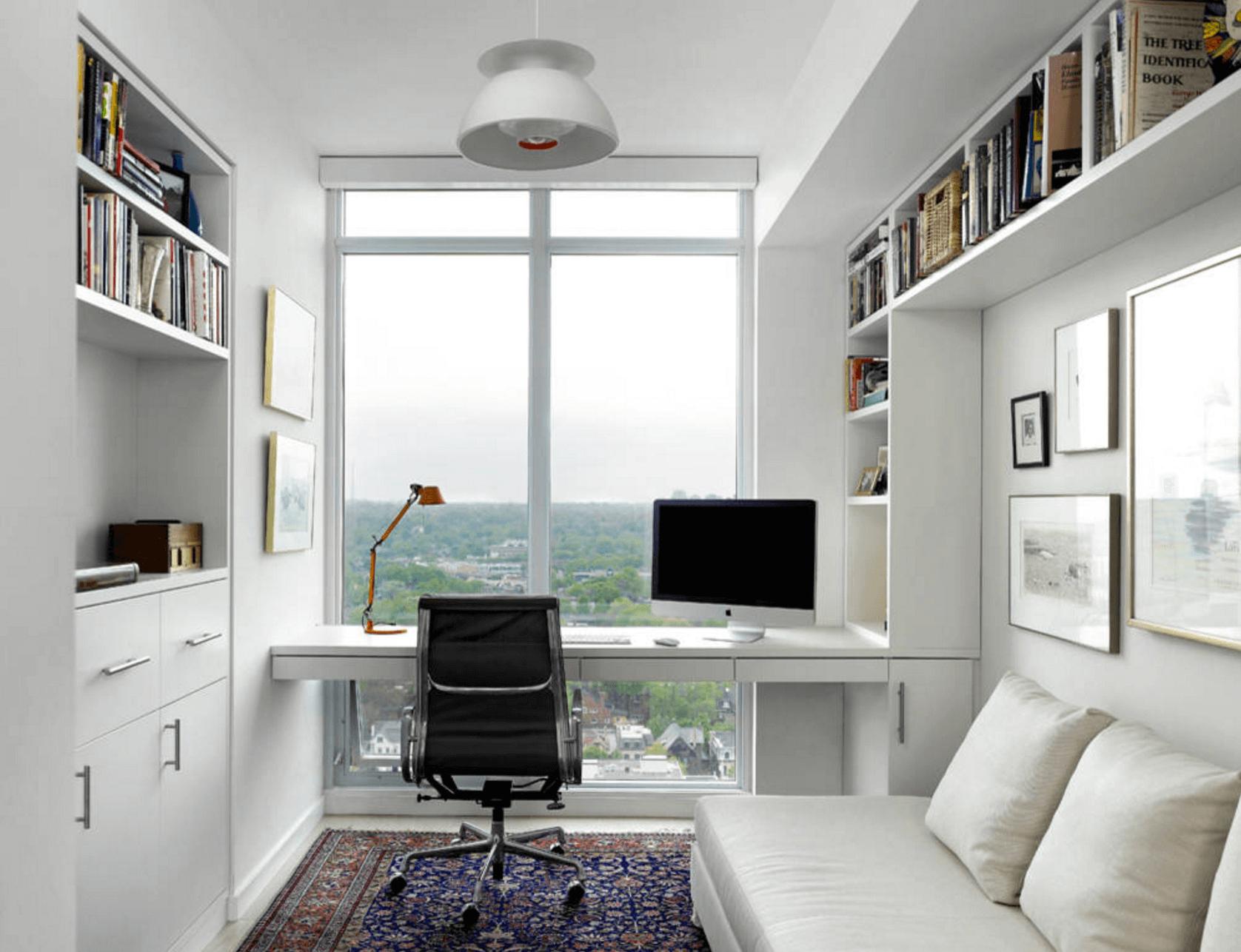 Рабочее место дома с панорамным окном