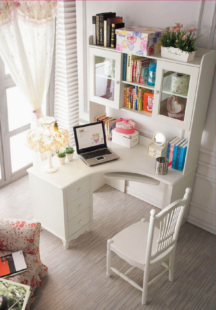 Рабочее место дома со шкафчиками