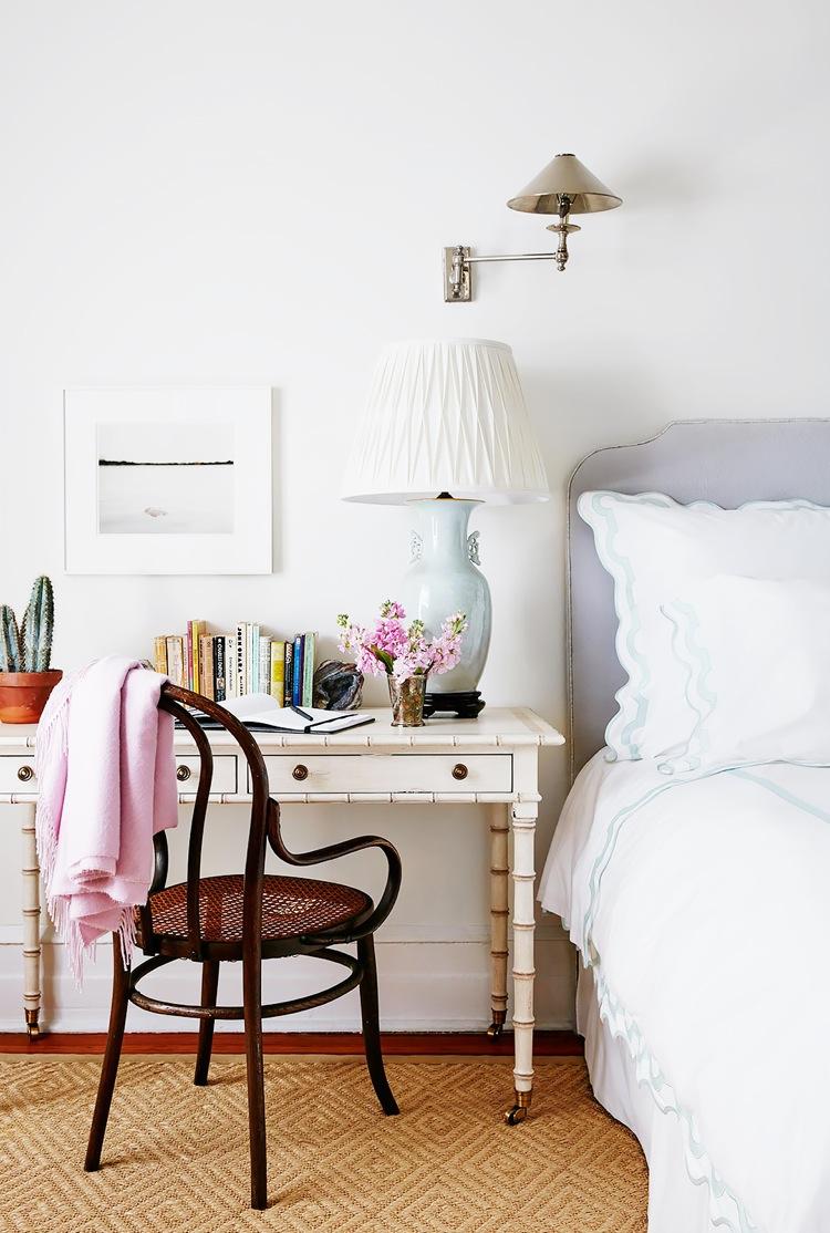 Рабочее место дома в спальне