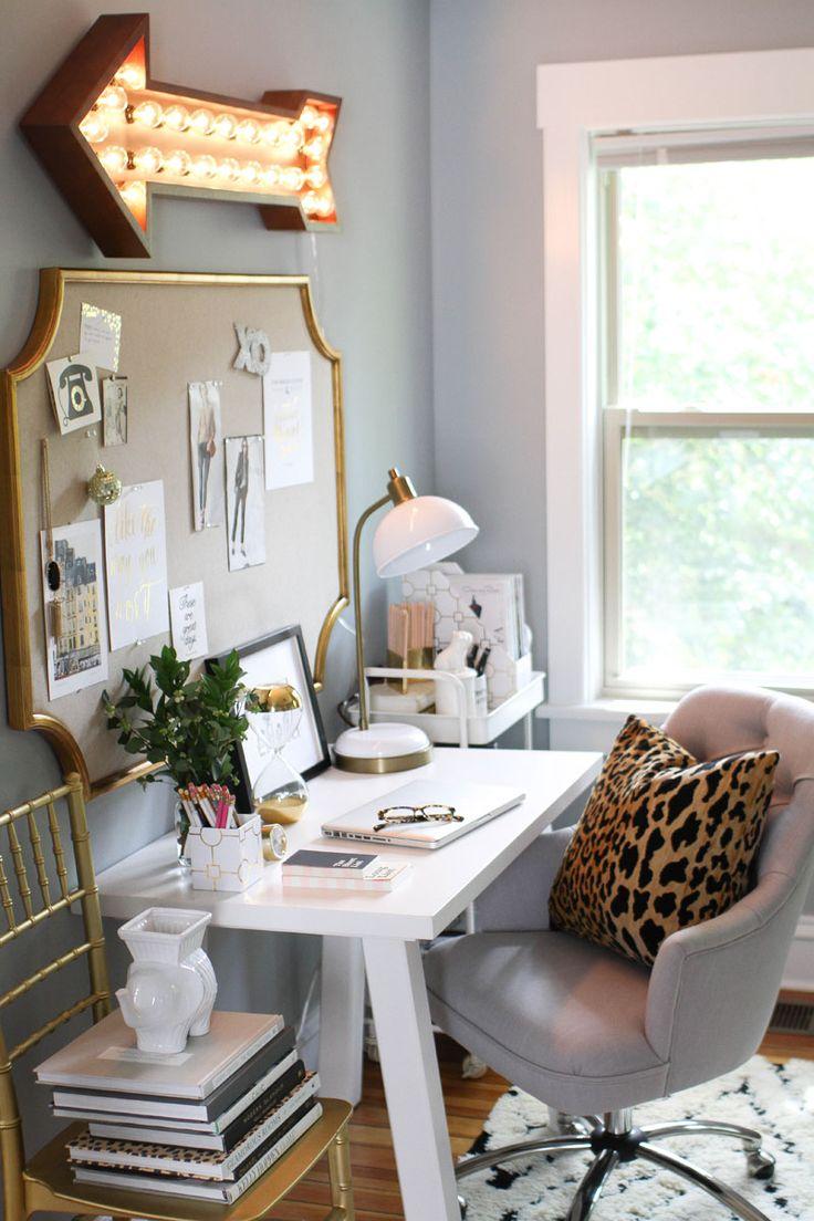 Рабочее место дома с золотым декором